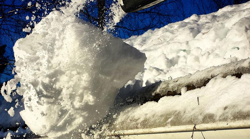 Snöskottning på tak